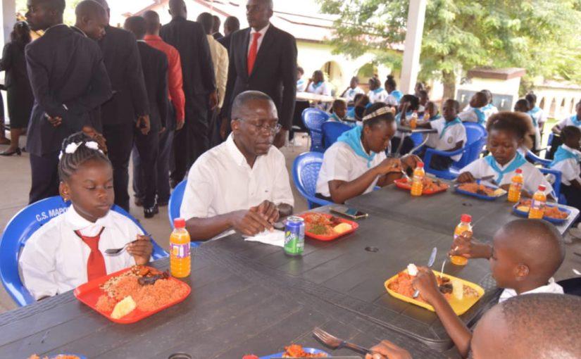 Fête de la Nativité : Matata Ponyo partage un repas avec les élèves du complexe scolaire Mapon